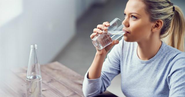 uống nước chống say tàu xe